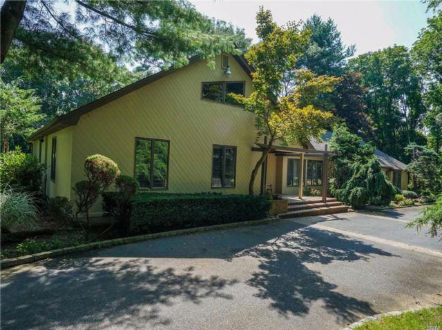 4 BR,  3.50 BTH  Farm ranch style home in Laurel Hollow